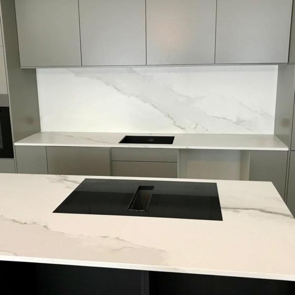 Töötasapind, taustaplaat ja köögisaar keraamikast Larsen Blanco