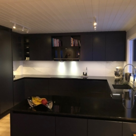 Kjøkken benkeplate i granitt Absolute Black og veggplate i keramikk Larsen Super Blanco