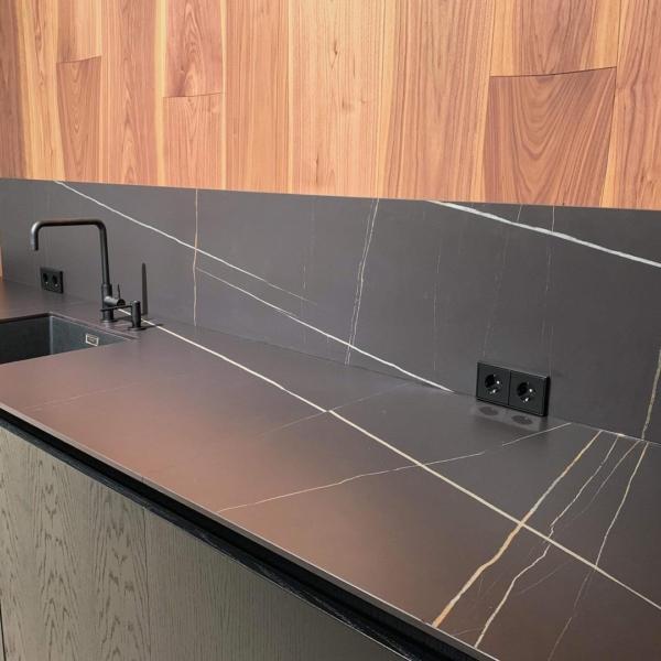 worktop and backsplash made of ceramic material Azalai Negro
