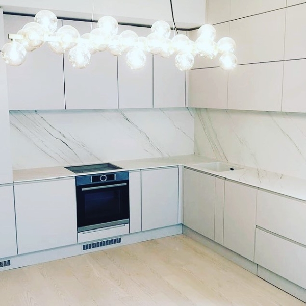 Kitchen worktop and backsplash made of ceramic material Touche Blanco