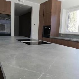 Kjøkken benkeplate og køkkenøy keramikk Storm Gris