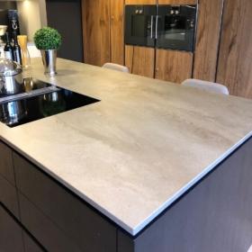 Kjøkken benkeplate og køkkenøy keramikk Vint Gris