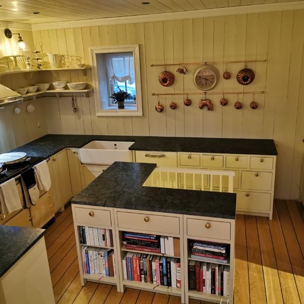 Looduskivist Sabon valmistatud töötasapind ja köögisaar