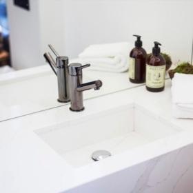 Vannitoa tasapind koos integreeritud käsitöövalamuga kvartsist Calacatta Goldlight