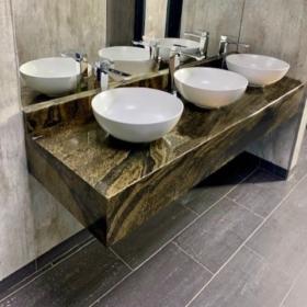 Bänkskiva i badrum av granit Maritaca Green