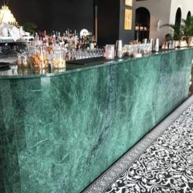 Bar counter lavet af Verde Guatemala marmor